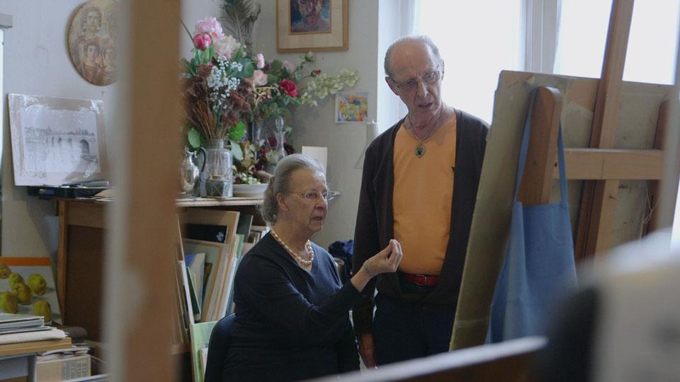 """Beeldend kunstenaar Hans Hansen (83) woont en werkt in zijn atelier in Maastricht. Zijn visie op kunst vertaalt zich naar het interieur van zijn huis. Maar ondanks een uitgesproken mening, lijkt hij niet zonder een """"spiegel"""" te kunnen werken."""