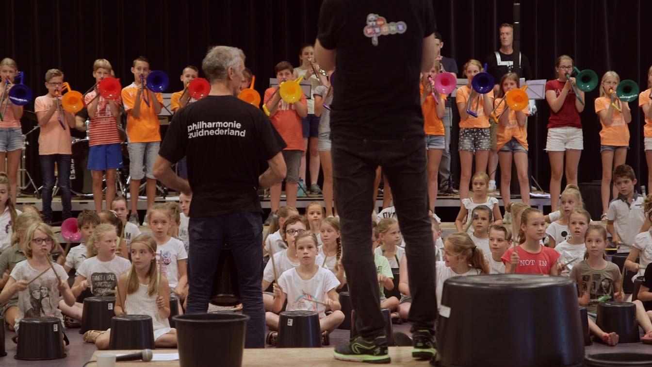 Brabant Menu is een collectief vanSchippers&VanGucht, philharmonie zuidnederland, Theater Artemis en de Stilte. Met dit video Manifest zetten zij zich in om zo veel mogelijk kinderen in aanraking te brengen met dans, theater en muziek.